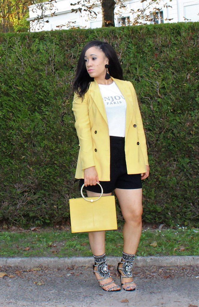 look short noir et touches de jaunes