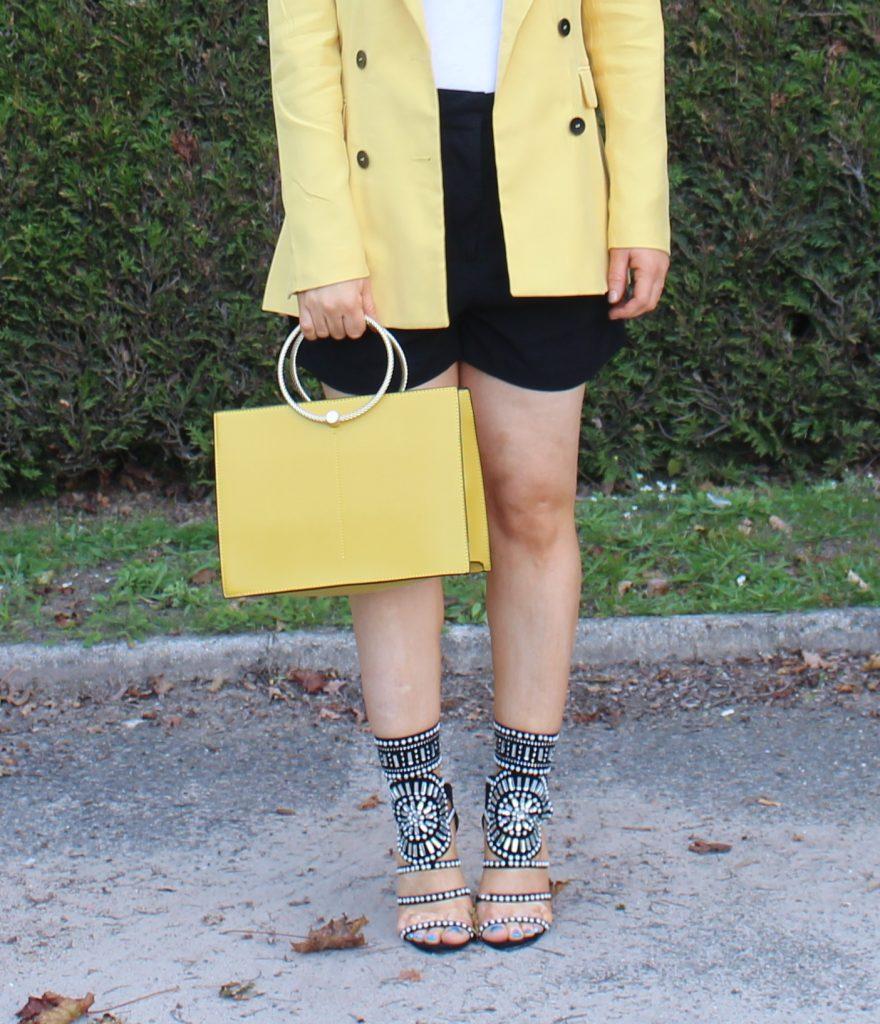 sac à main jaune et chaussures bijoux
