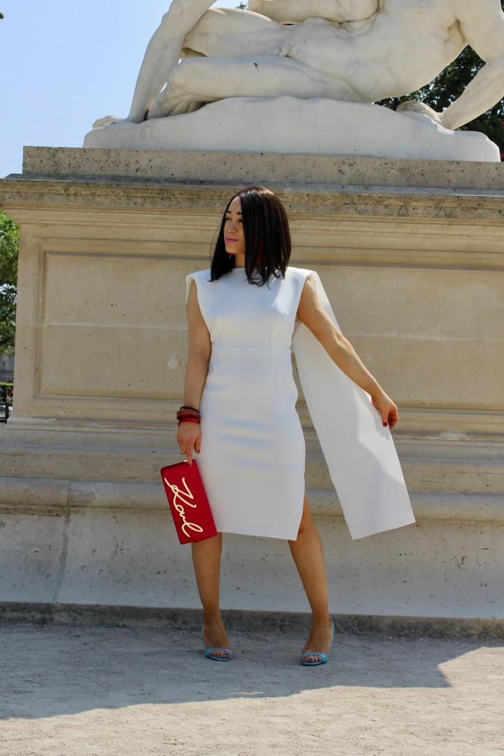 robe blanche volant et détails rouge