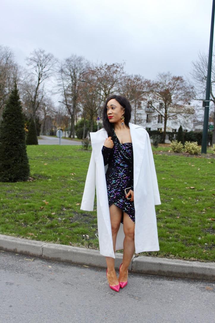 look nouvel an robe à sequins et manteau-creme