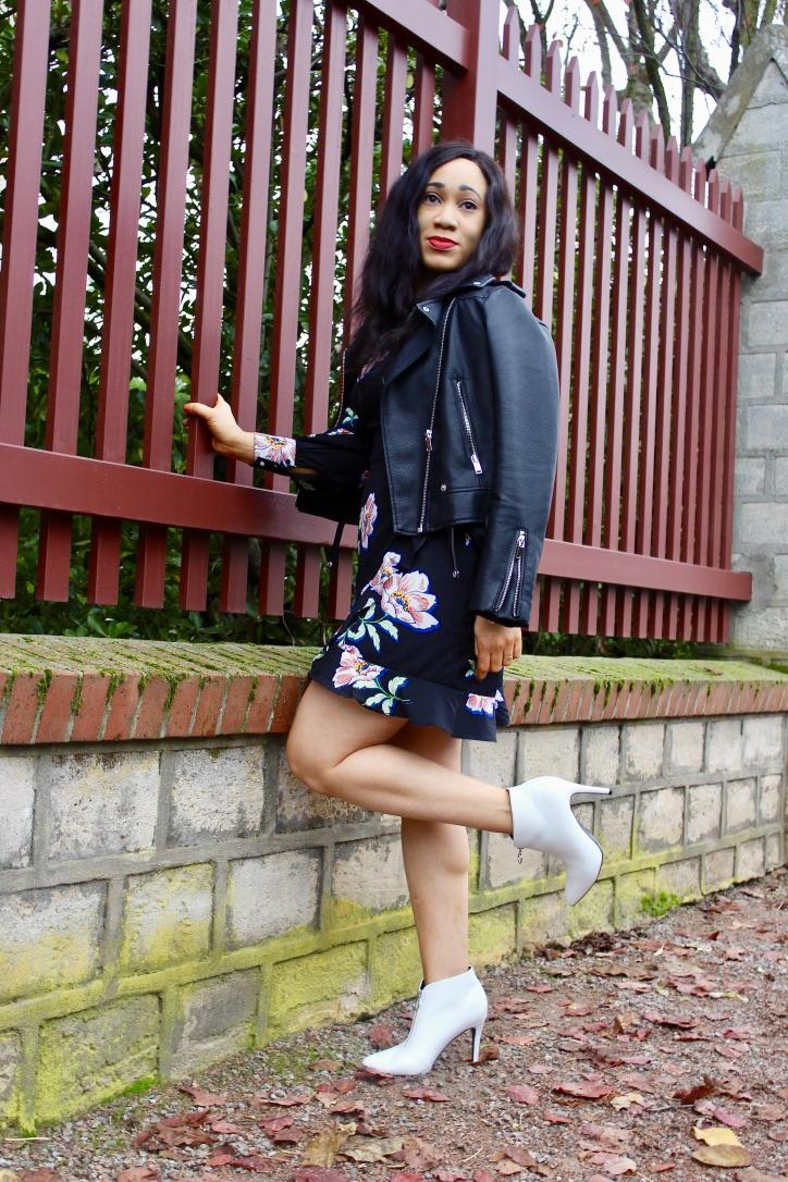 look perfecto noir et bottines blanches