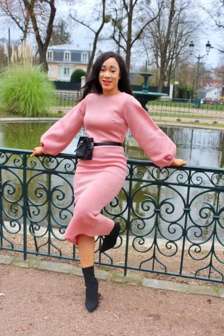 look-sac banane noir et robe rose poudré
