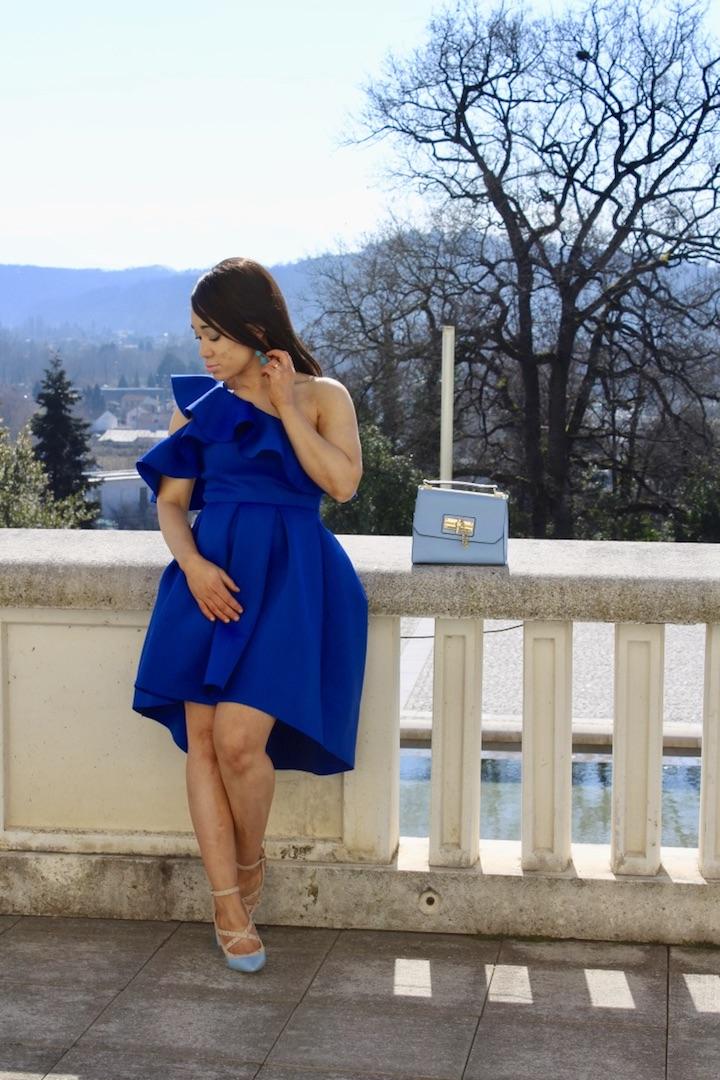 Robe asymétrique bleue avec volant
