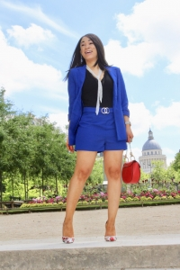 look tailleur bleu et sac rouge