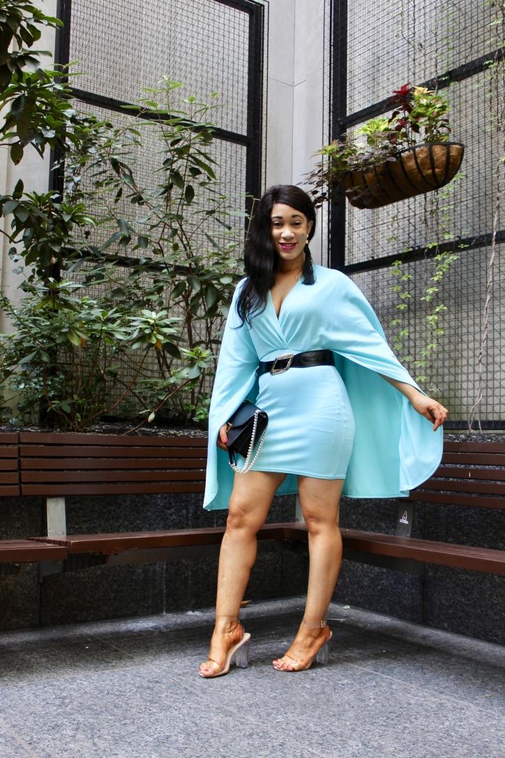robe turquoise effet cape blog