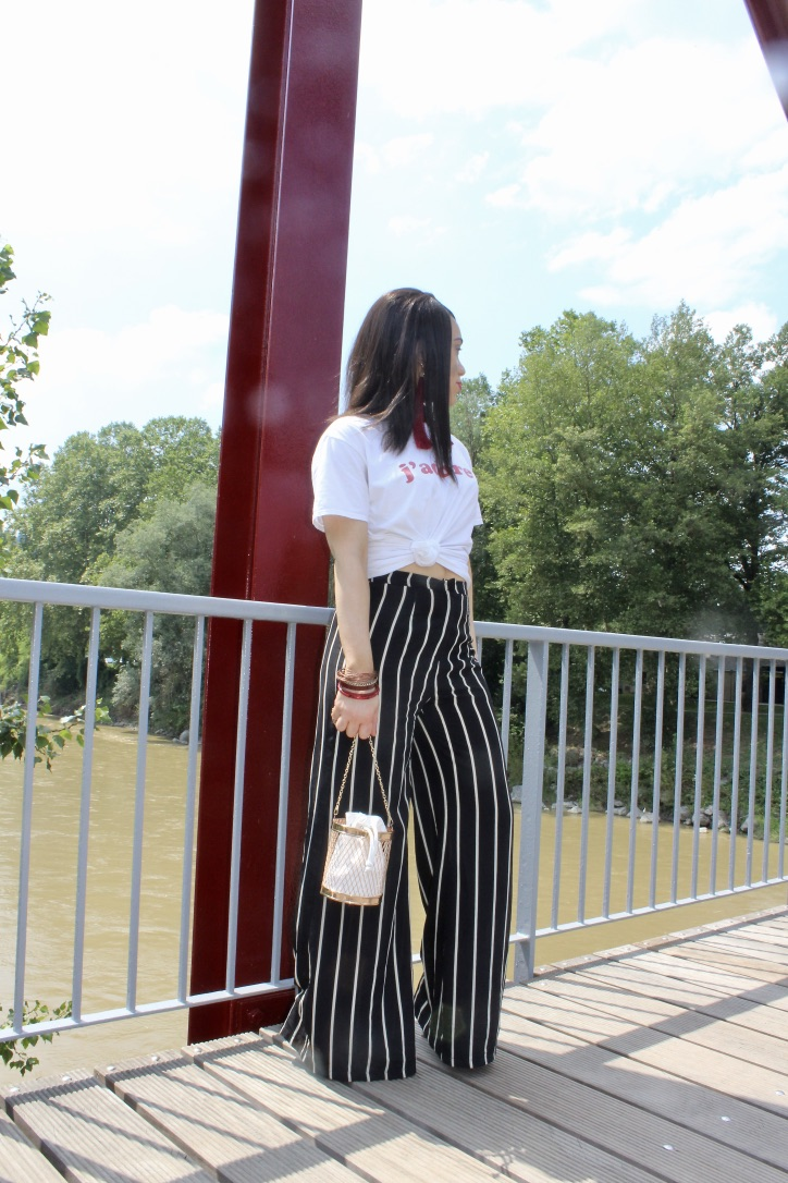 look pantalon rayures et top blanc