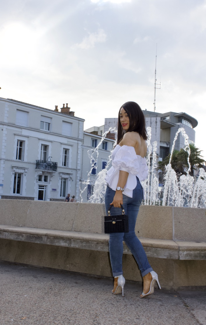 look top blanc et jeans destroy