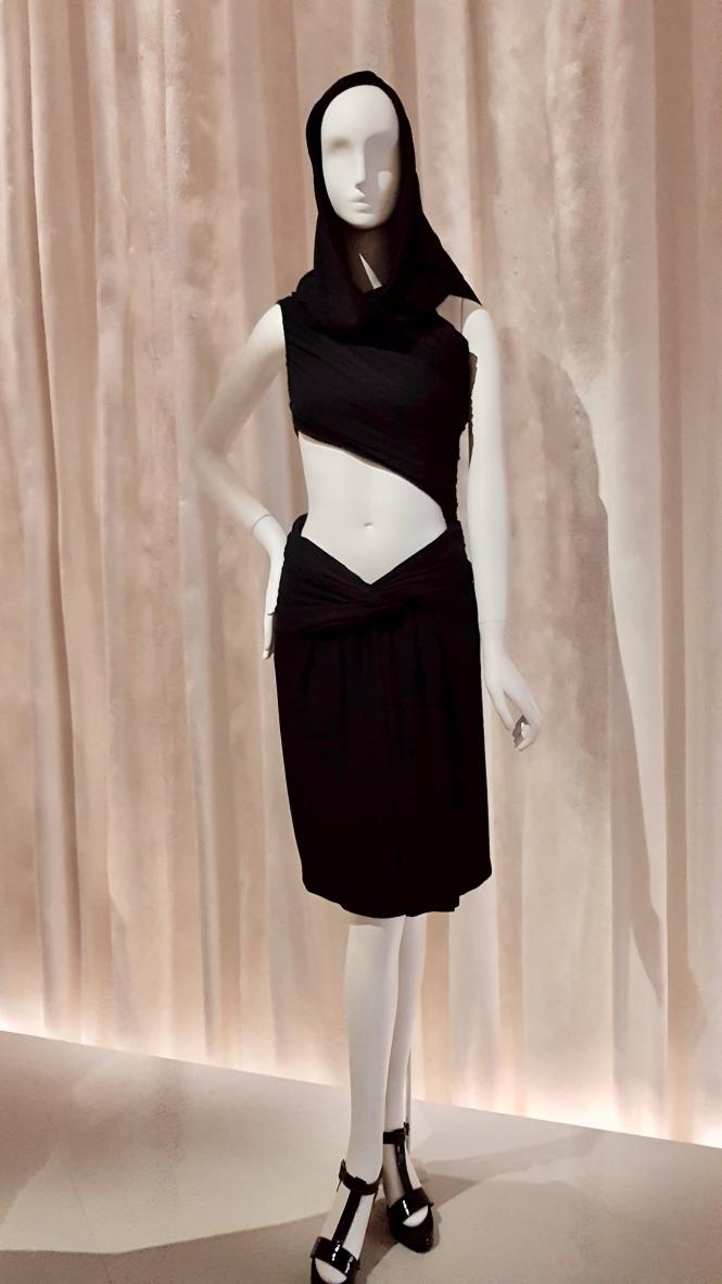 robe noire musée yves saint laurent