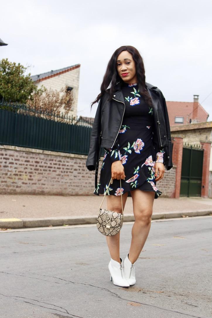 look robe à fleurs et bottines blanches